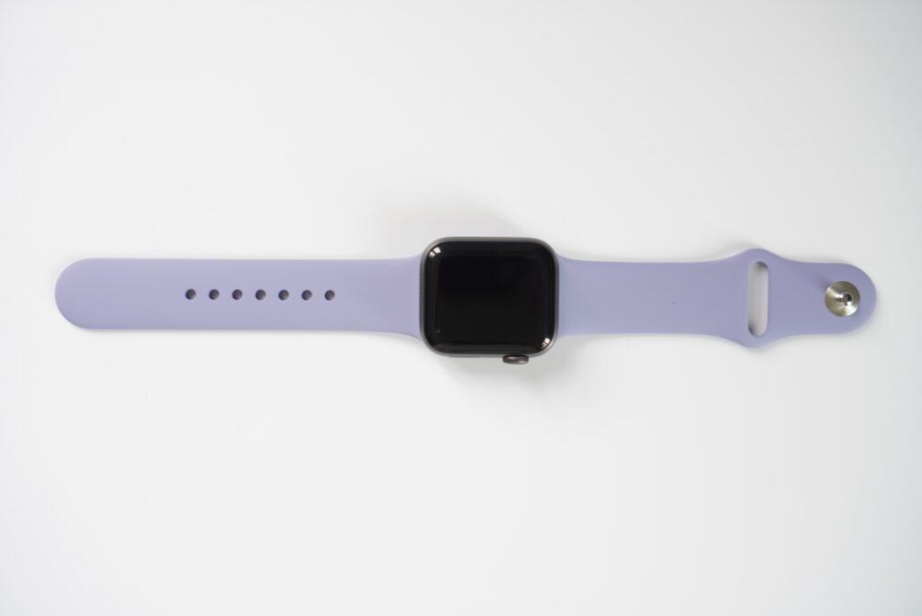 スペースグレイのApple Watchにイングリッシュラベンダーのスポーツバンドを装着