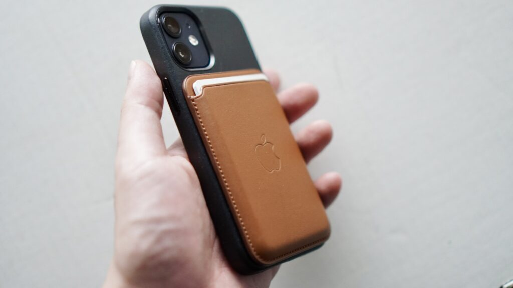MagSafe対応iPhoneレザーウォレットのサイズ感